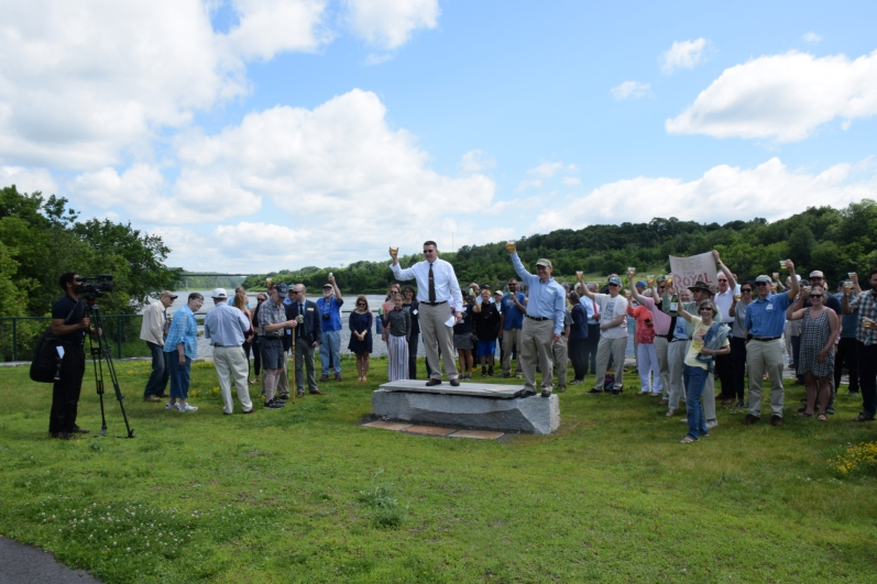 crowd raises a toast to celebrate 20th anniversary of Edwards Dam removal